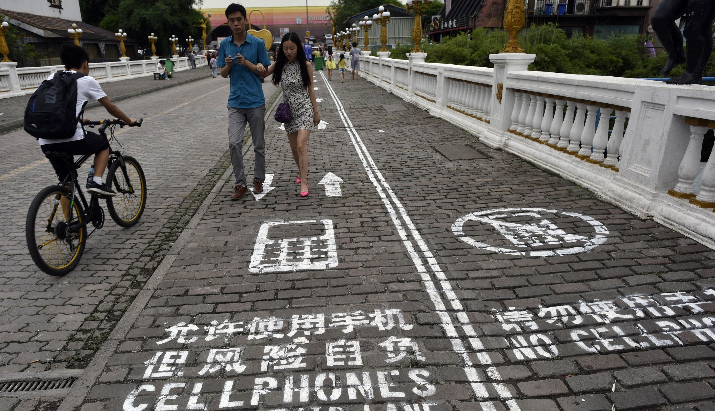 Chinese City Creates a Cell Phone Lane for Walkers