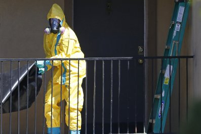 A worker wearing a hazardous material suit arrives at the apartment unit where a man diagnosed with the Ebola virus was staying in Dallas, Texas, October 3, 2014.