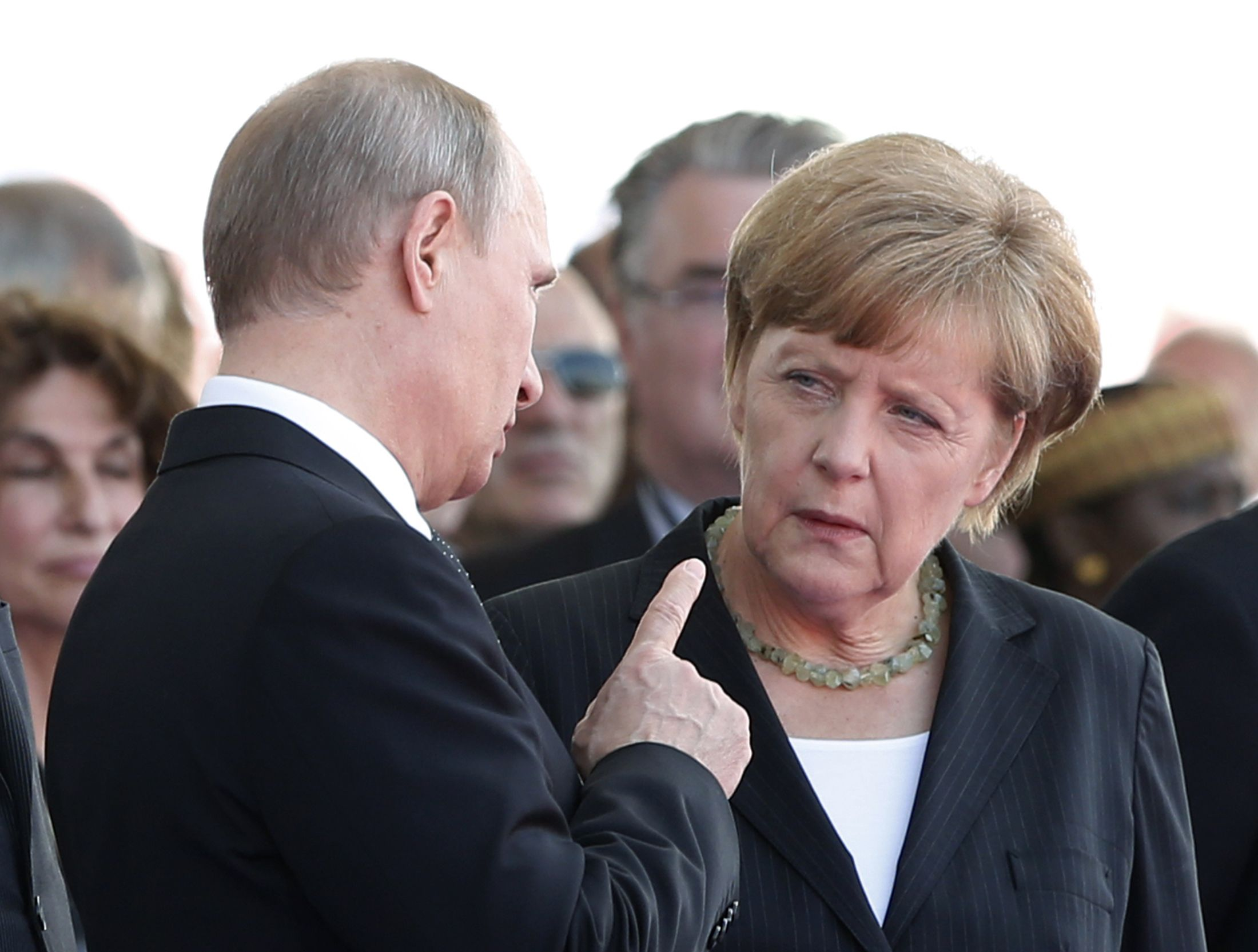 O Vladimir Poutin συνομιλεί με την Angela Merkel, ενόψει της ουκρανικής κρίσης, Ιούνιος 2014