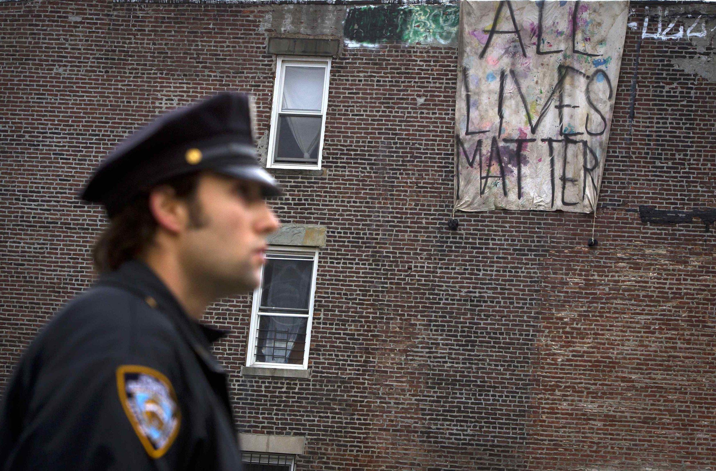 2014-12-23T172150Z_1_LYNXMPEABM0Q2_RTROPTP_4_USA-NEWYORK-POLICE