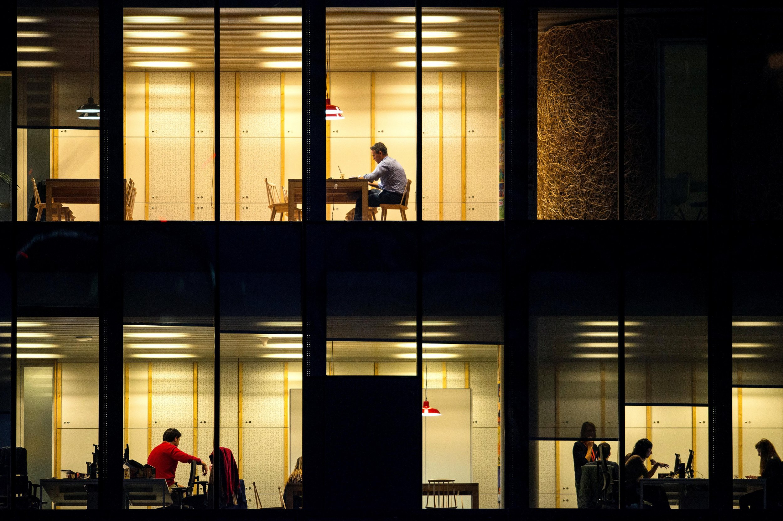 01_08_office_workers_01