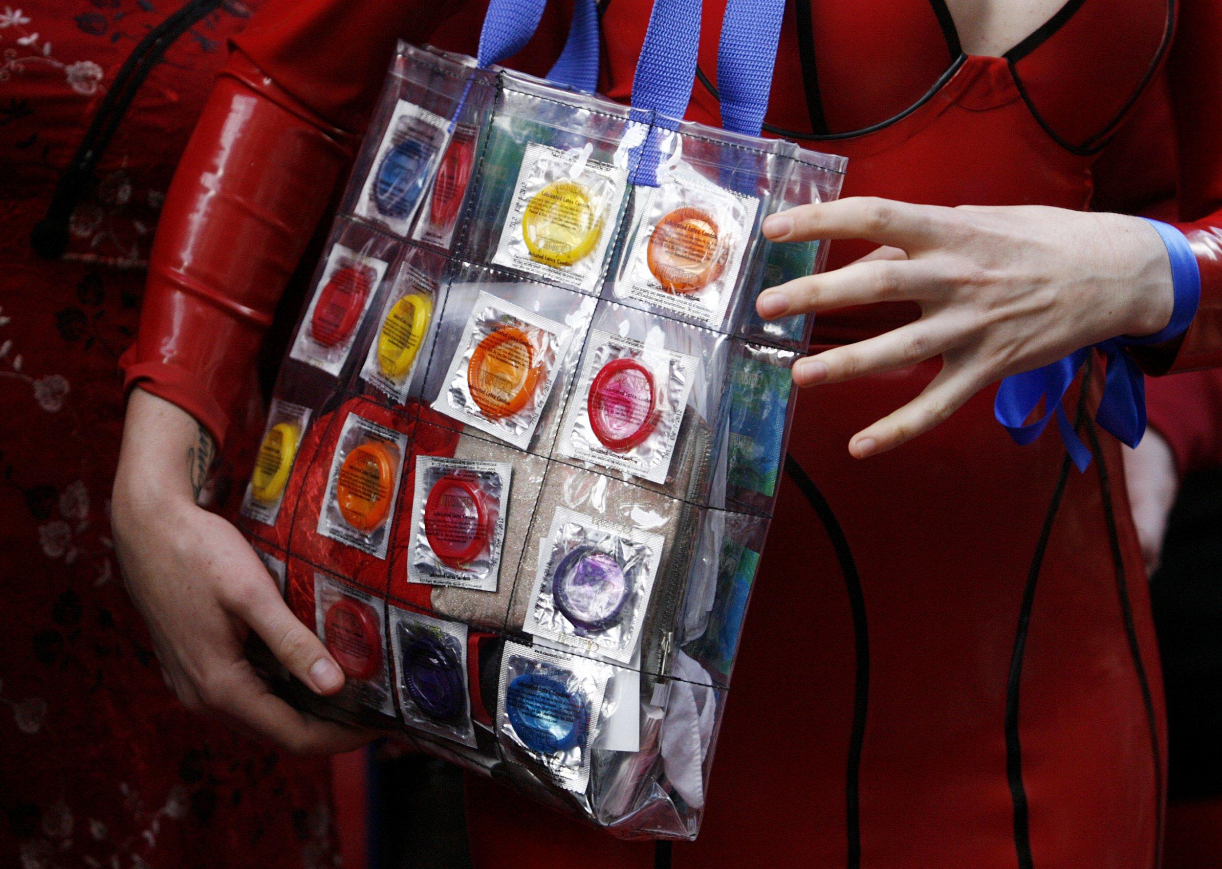 02_05_Condom