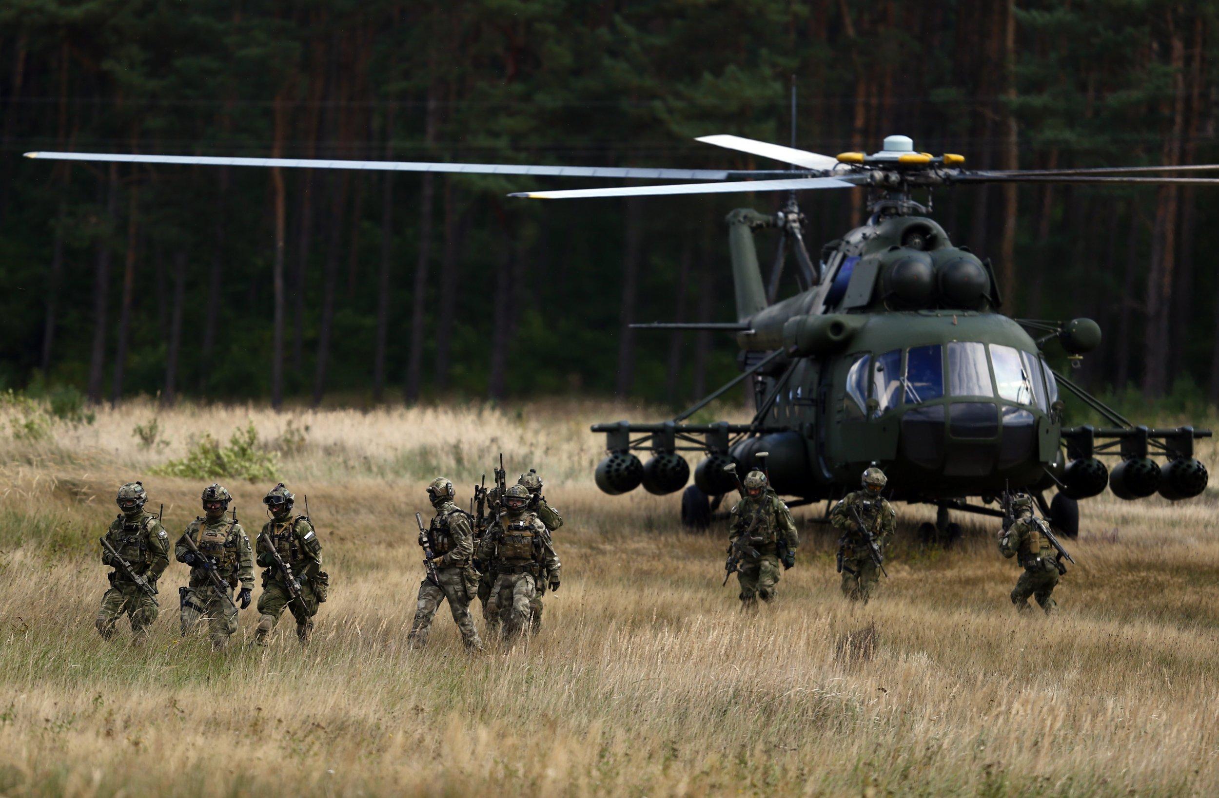 Mi-17 helicopter and Polish commandos