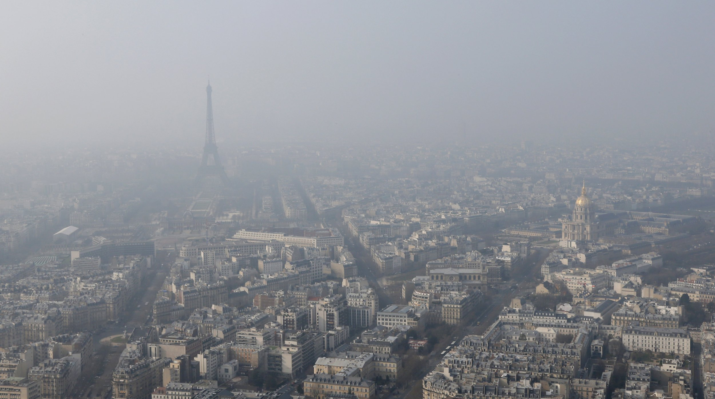 paris cuts traffic by half in bid to tackle air pollution. Black Bedroom Furniture Sets. Home Design Ideas