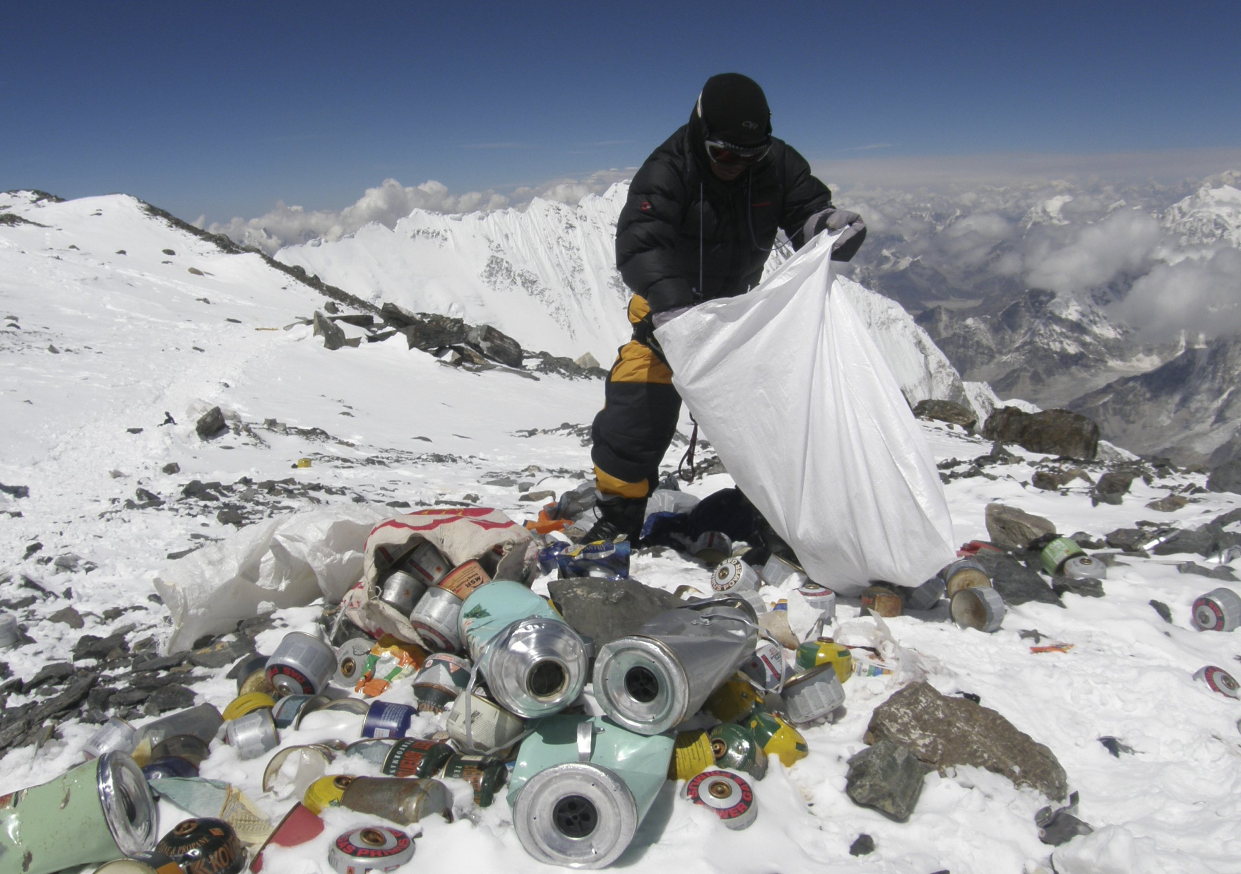 Indian Army to Remove Mountains of Trash From Everest
