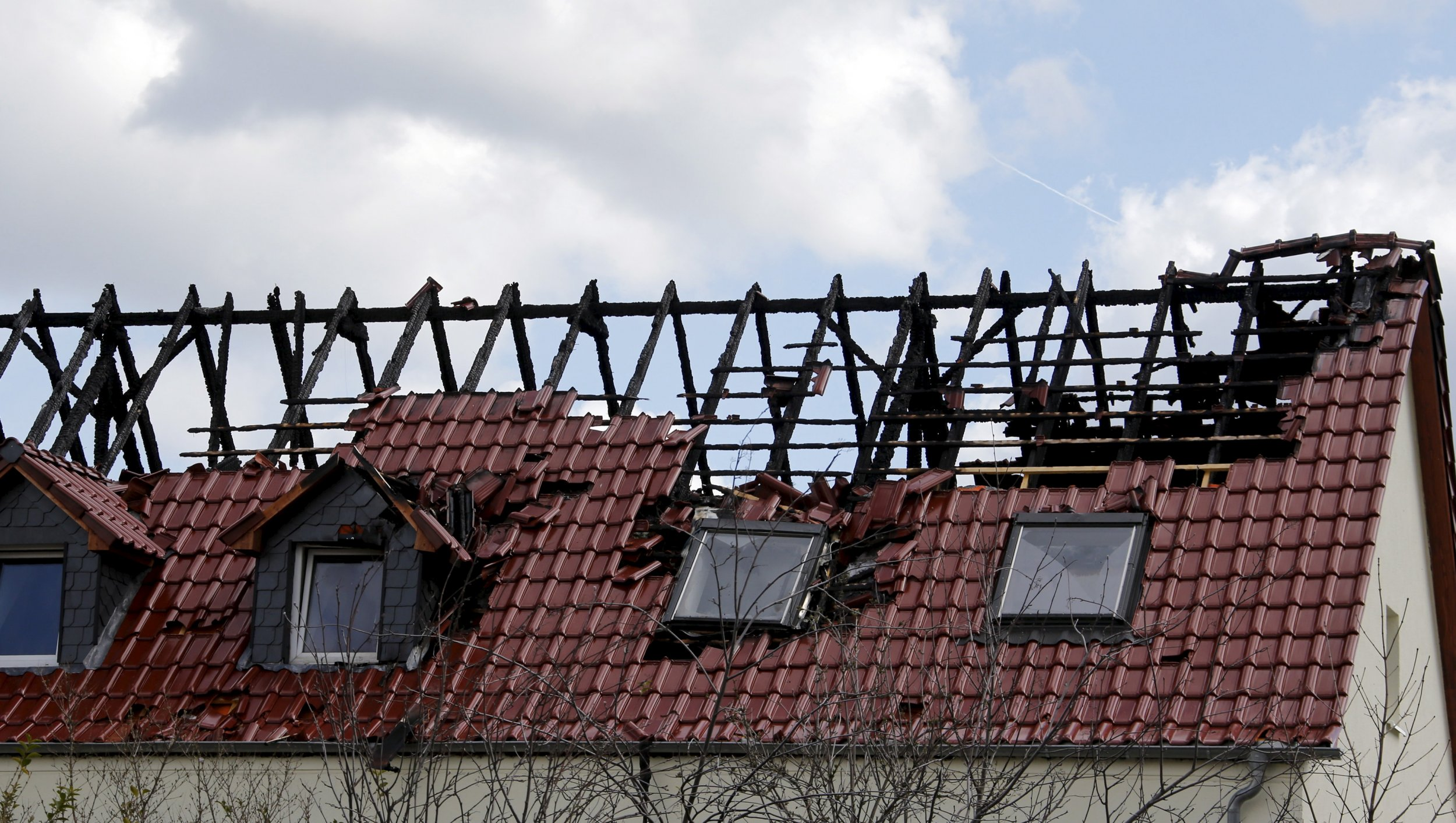 A suspected arson attack has damaged a building in Tröglitz which was to house asylum-seekers in May
