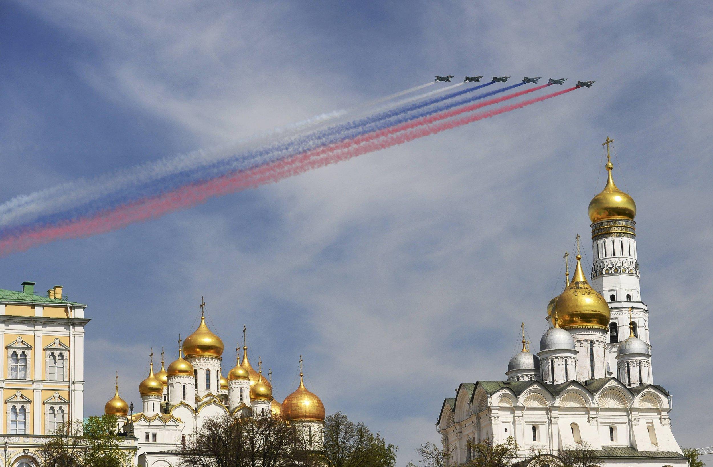 2015-05-09T092719Z_76856793_LR2EB590Q98RW_RTRMADP_3_WW2-ANNIVERSARY-RUSSIA