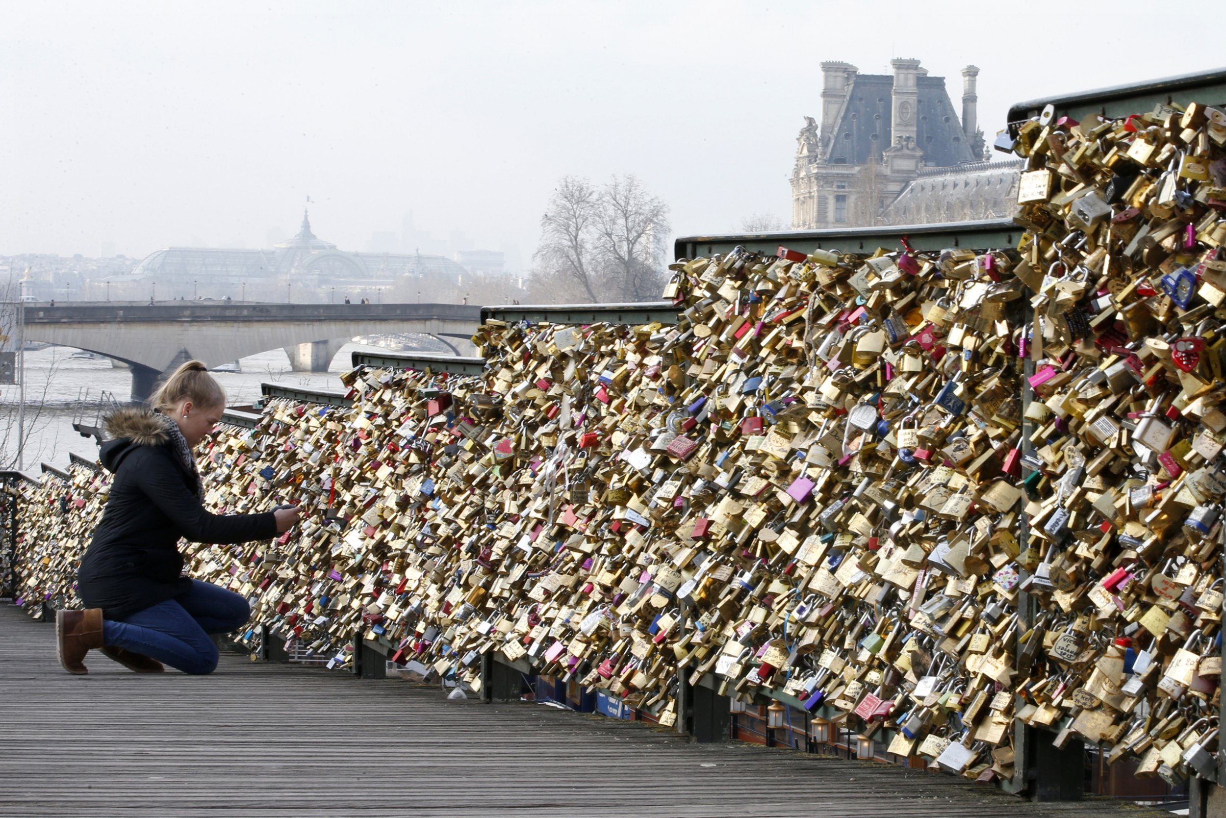 C est fini l amour paris to cut love locks for Locks on the bridge in paris