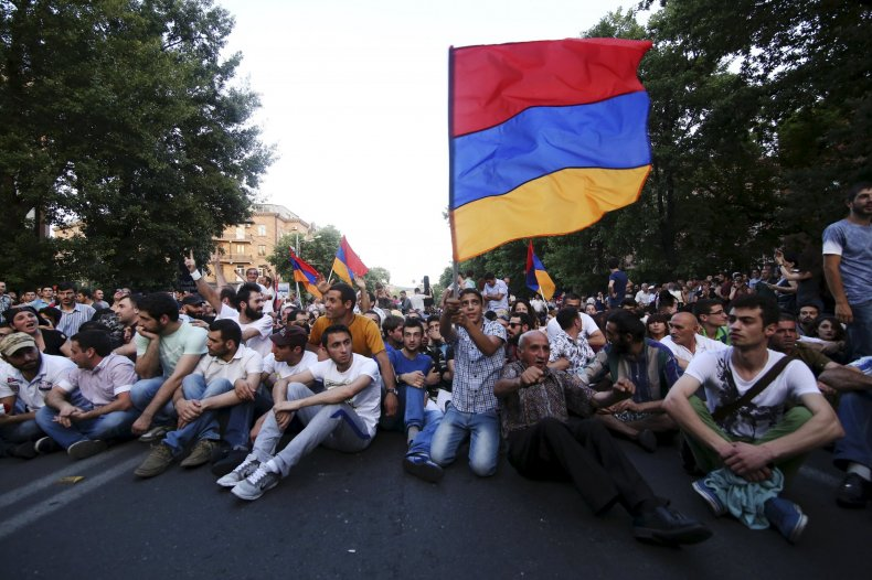 2015-06-23T144510Z_1_LYNXMPEB5M0NH_RTROPTP_4_ARMENIA-PROTEST