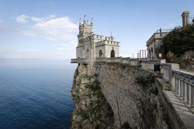 Ukraine blasts Russian tourism Crimea video