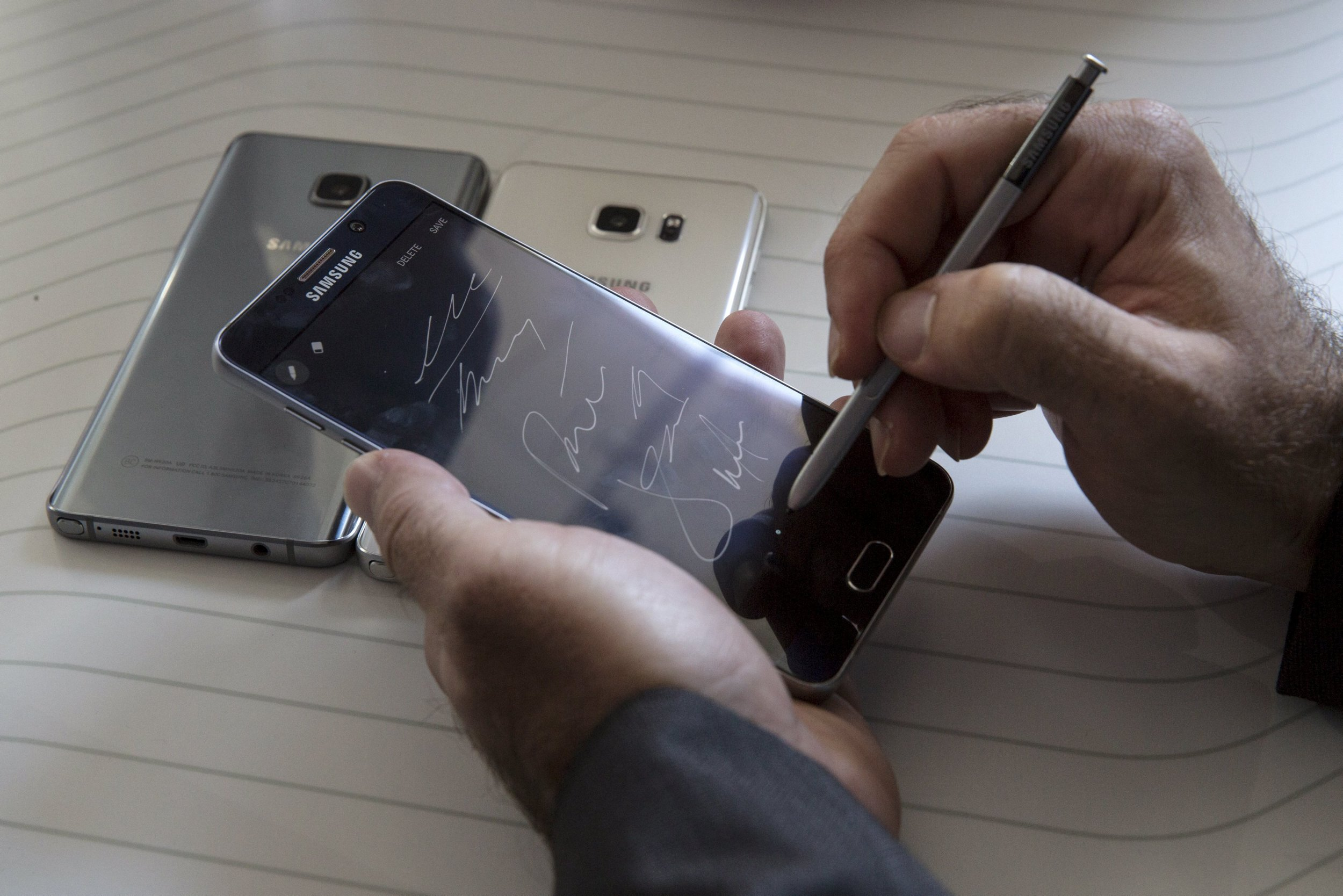 Samsung Galaxy Note 5 Tries to Stay Ahead of Apple