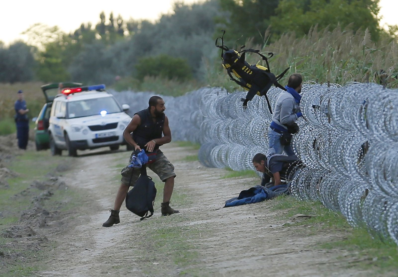 Hungary migrants cross border