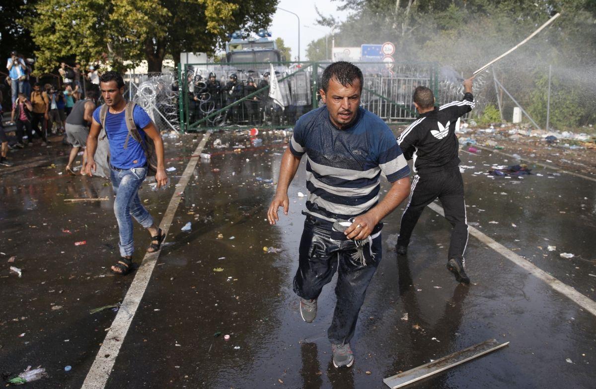 Hungary tear gas refugees