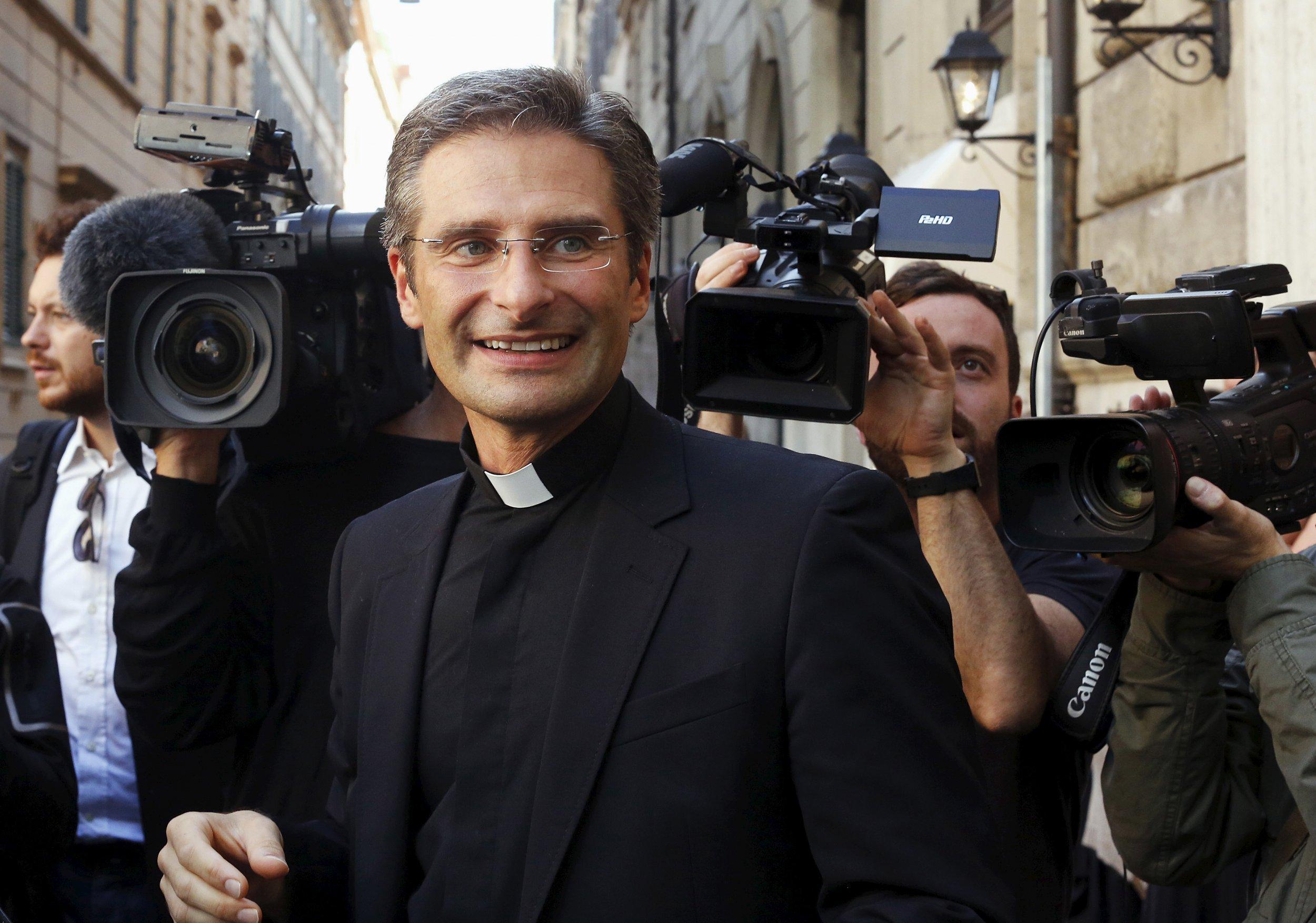 10_03_2015_vatican_gay_priest