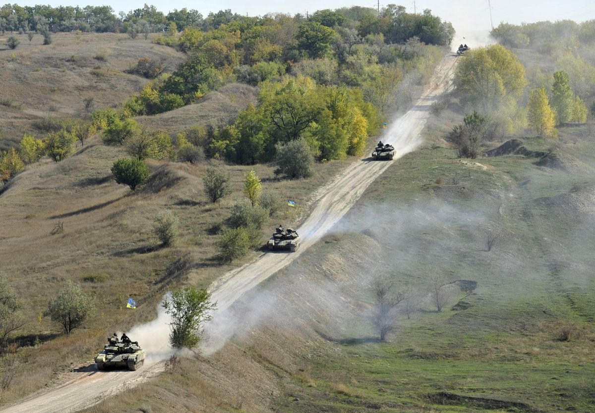 Ukrainian tanks patrol border in Luhansk region