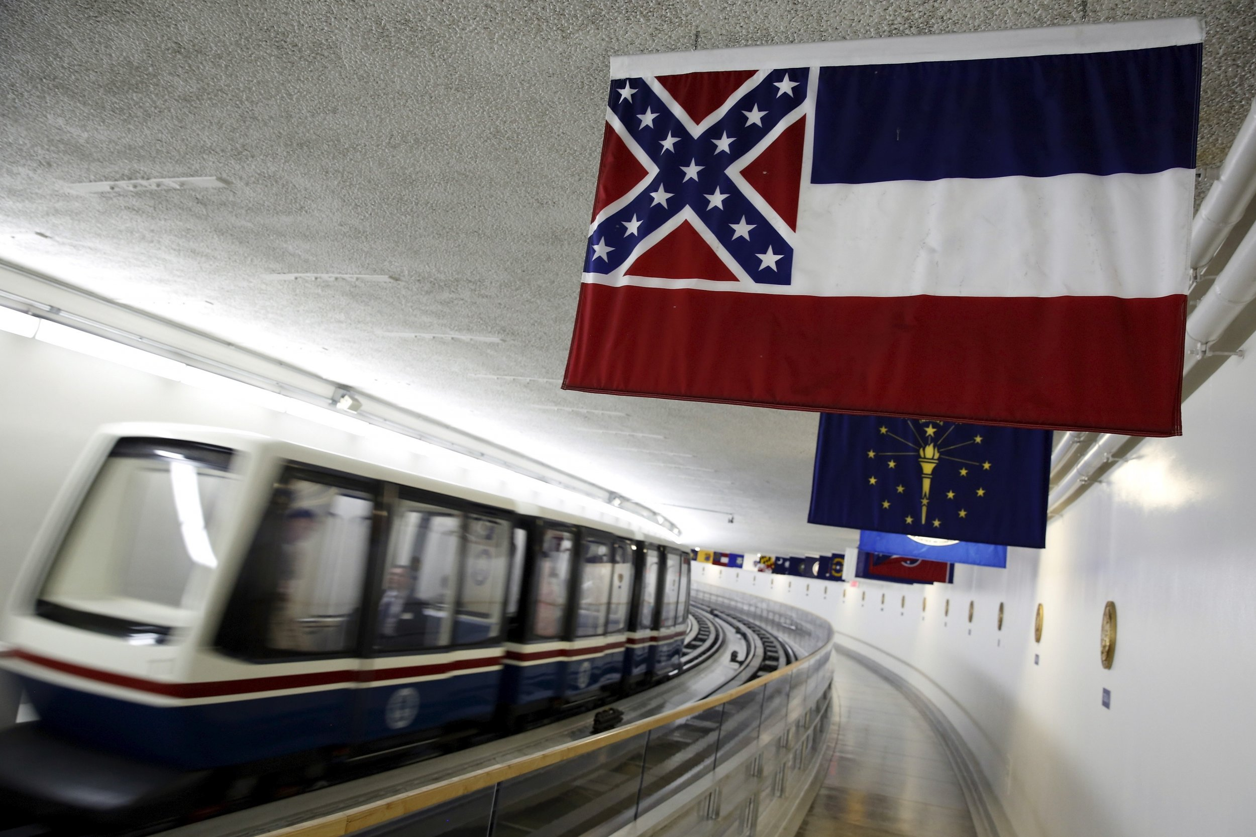 1026_University_of_Mississippi_removes_Confederate_flag_01