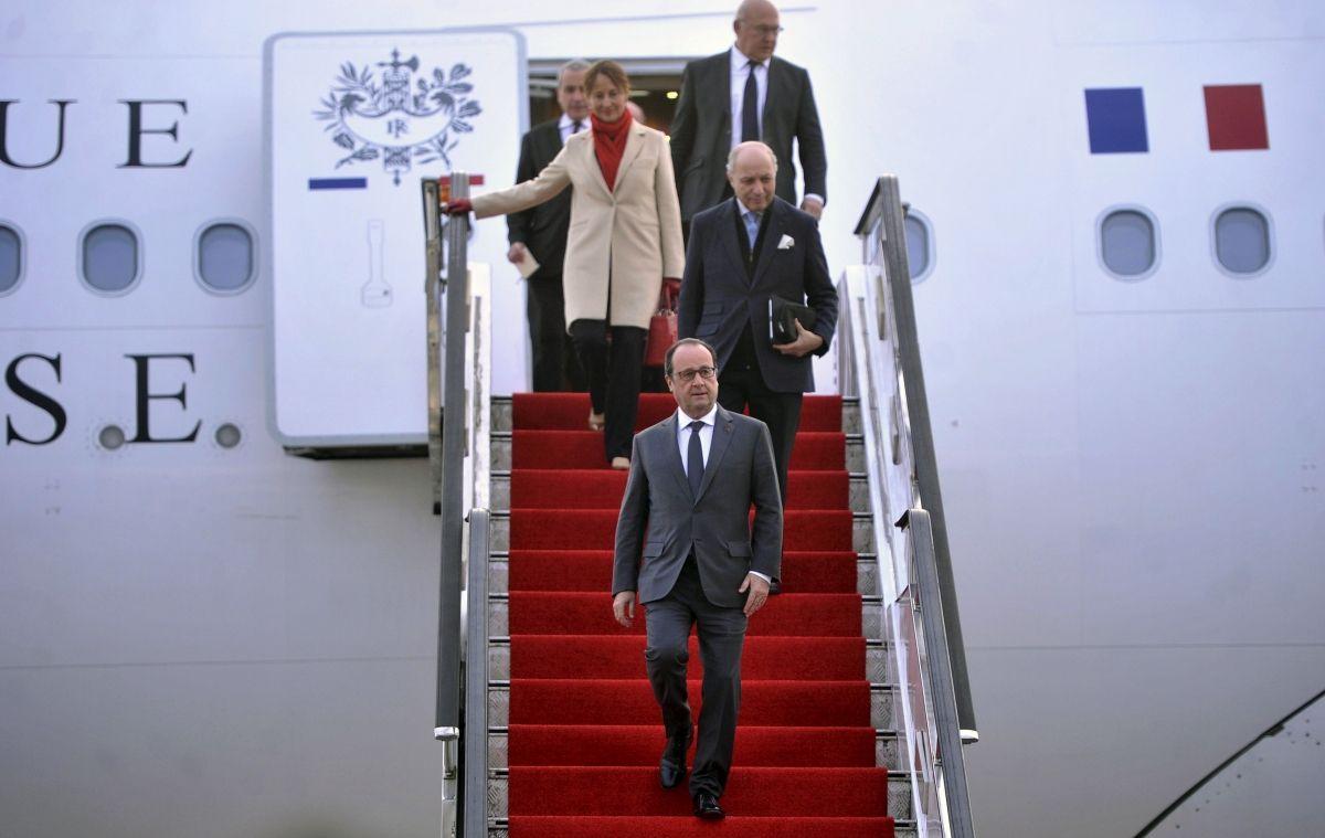 Francois Hollande arrives in China