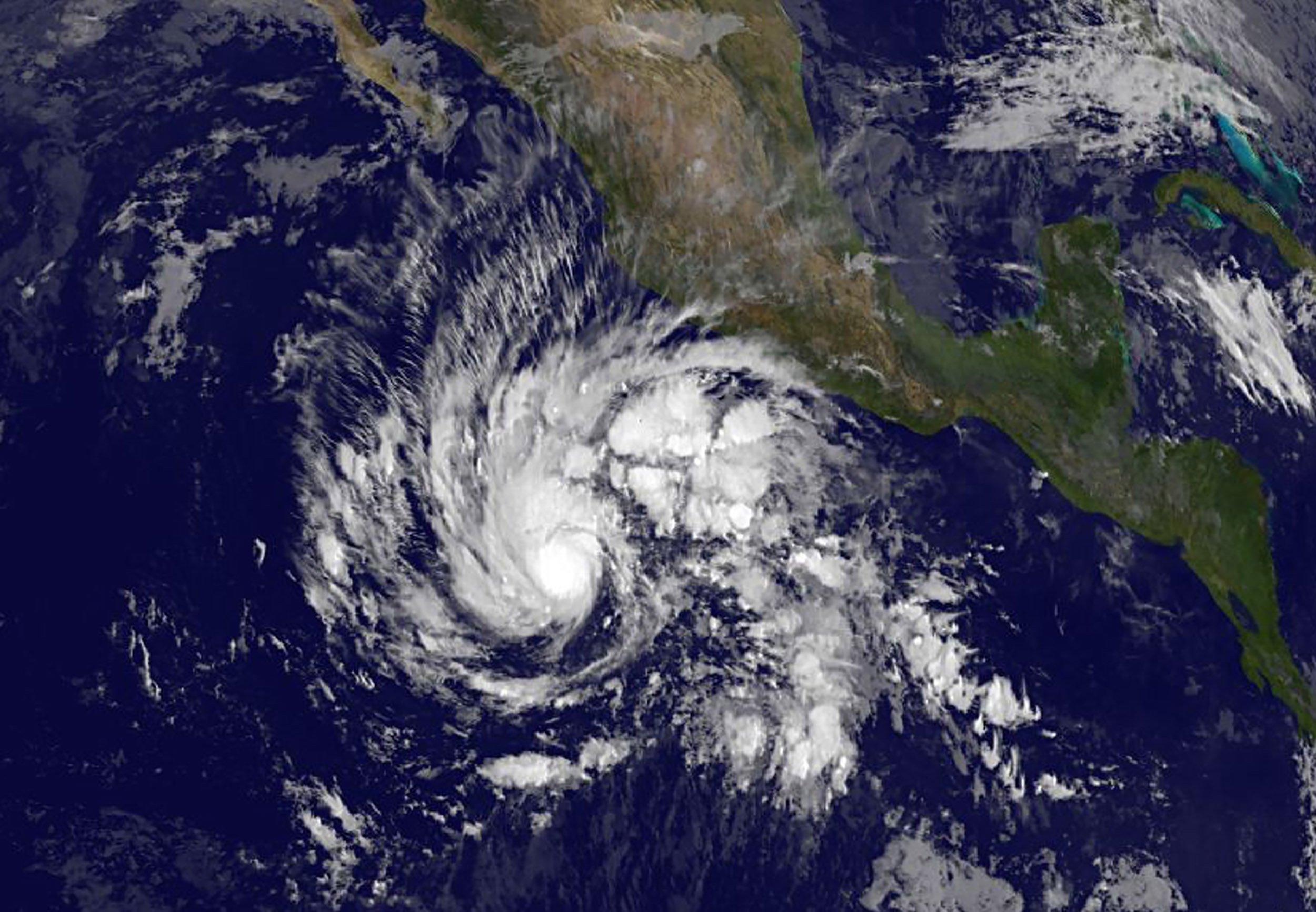 11_25_HurricaneSandra_01