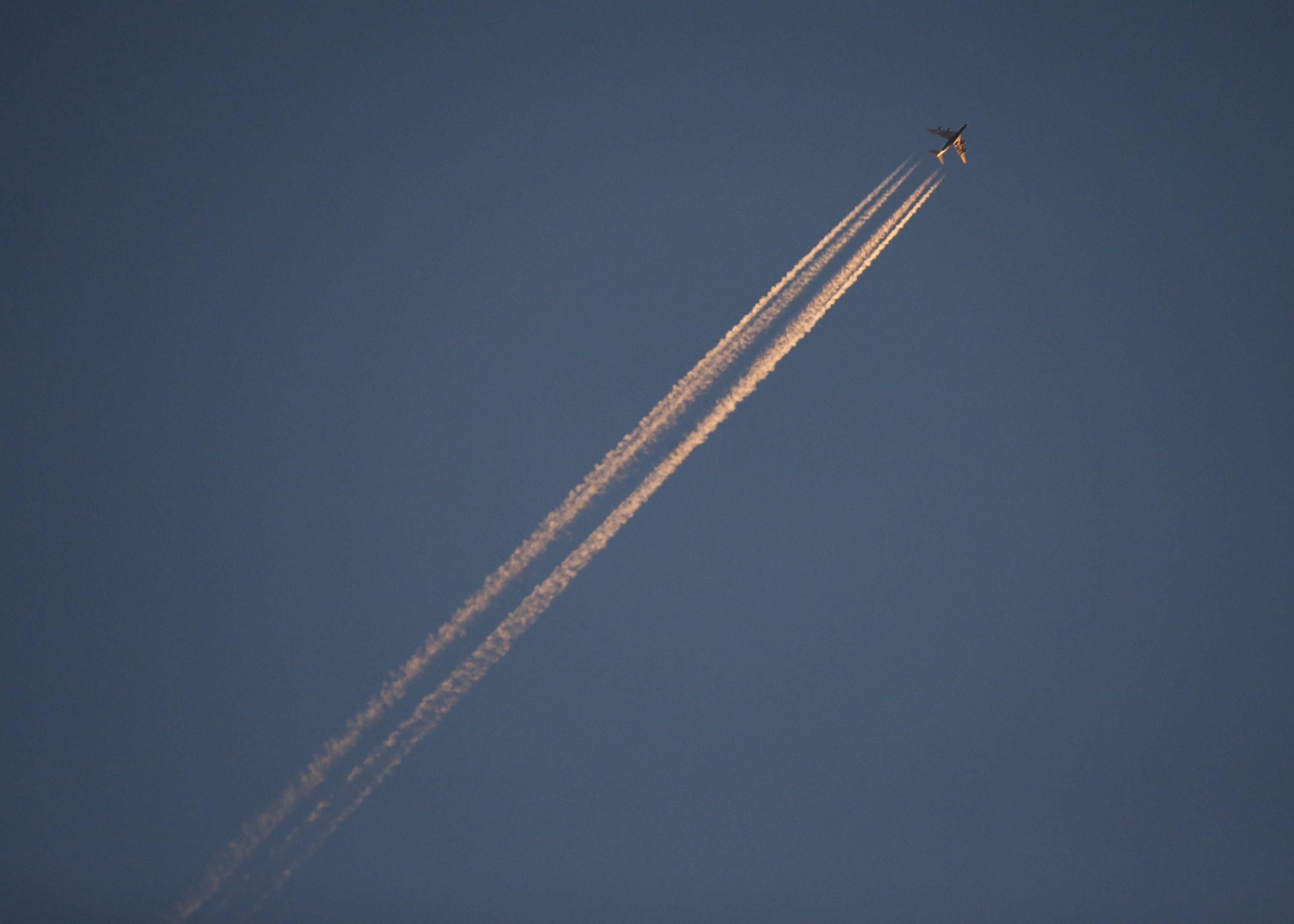 1204_Airplane Jet Advances