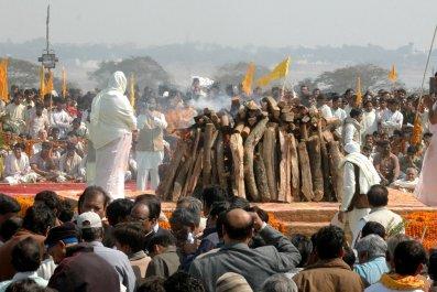 1209_Maharishi funeral