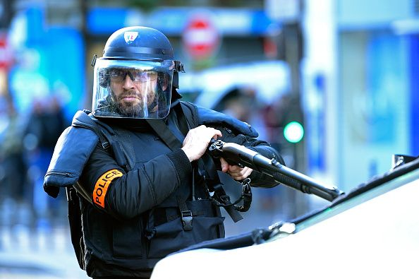 0107_Paris_armed_policeman