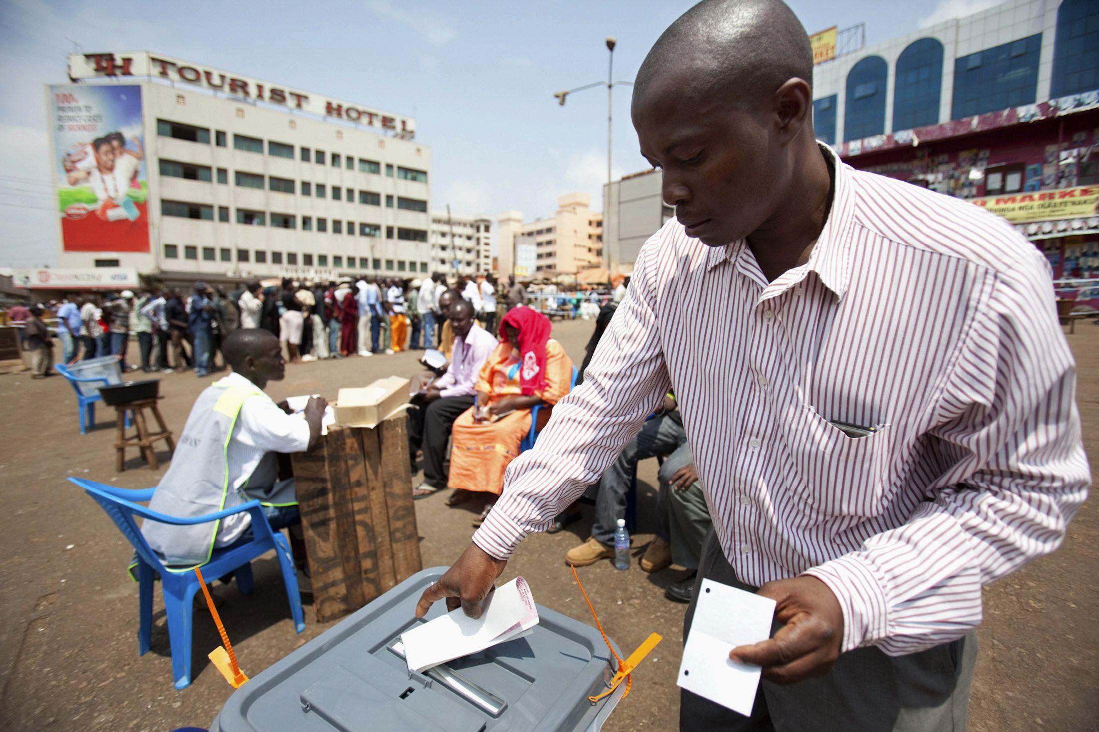 0112_Uganda_voter