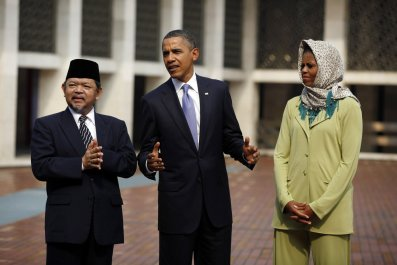Barack and Michelle Obama look at Indonesian mosque