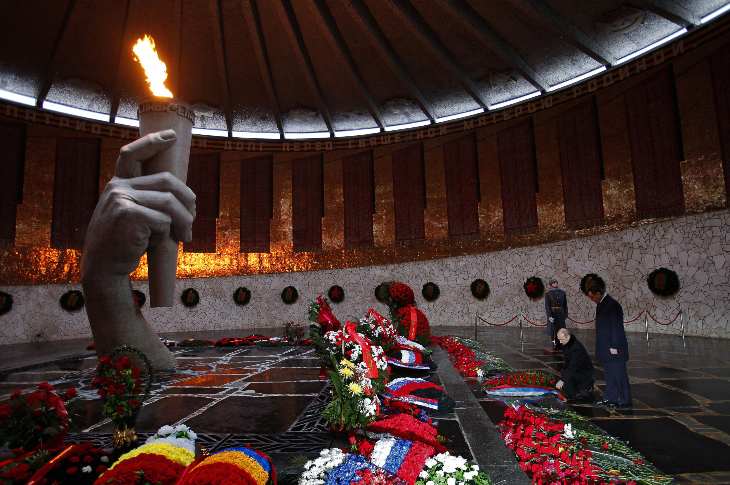 Putin lays a wreath at the Stalingrad memorial