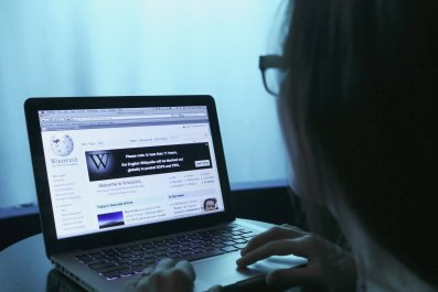 A woman opens Wikipedia on her laptop