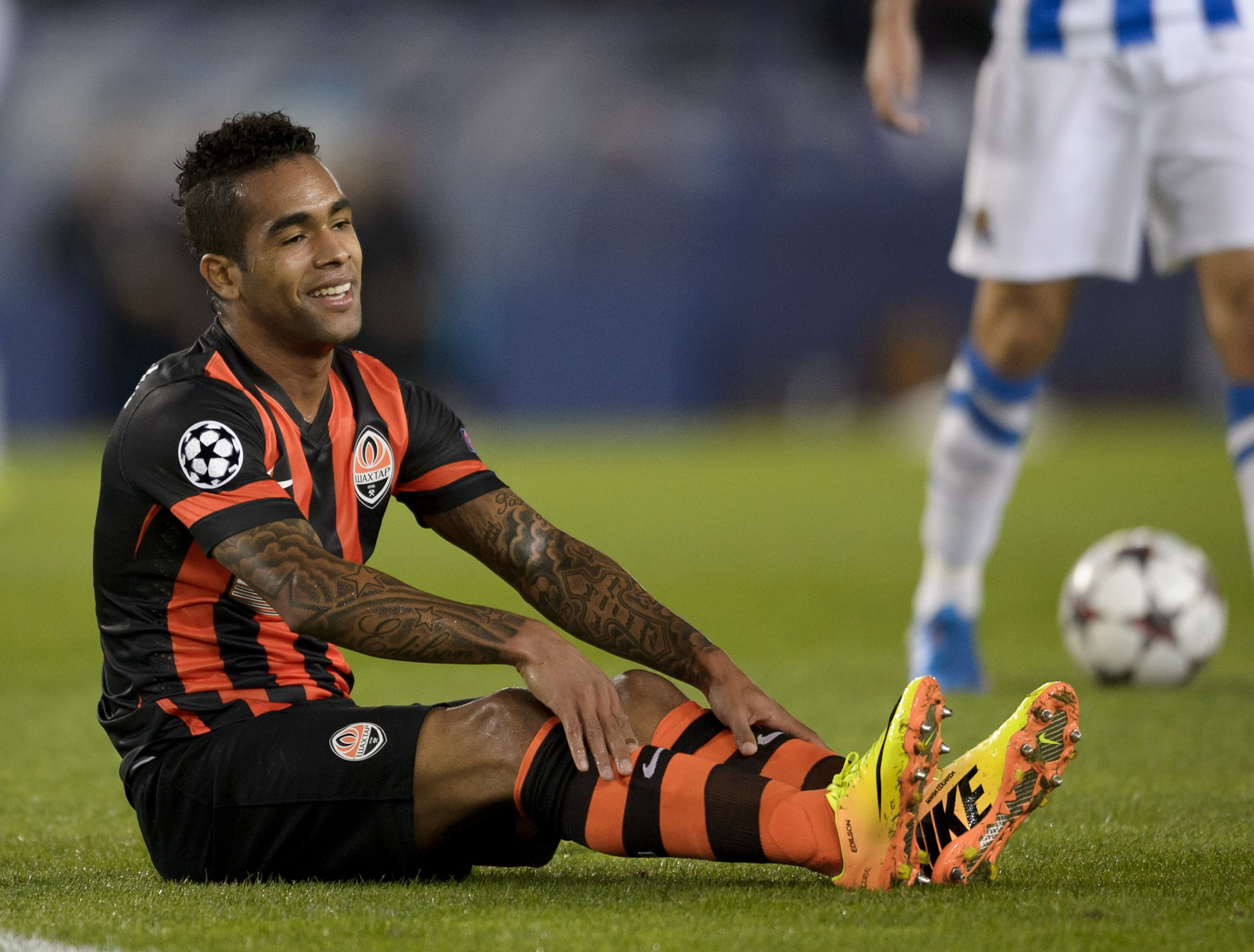Former Liverpool target Alex Teixeira has moved to Jiangsu Suning in China.