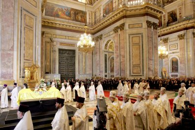 Empress Maria Fyodorovna's coffin is surrounded by clergy