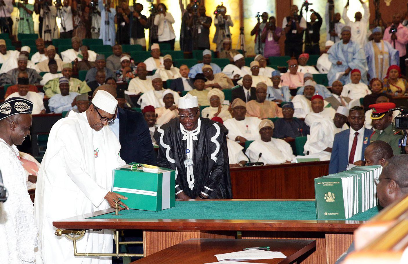 Muhammadu Buhari presents his 2016 budget to the Nigerian Senate.