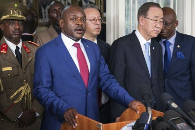 Burundian President Pierre Nkurunziza and Ban Ki-Moon address a press conference.