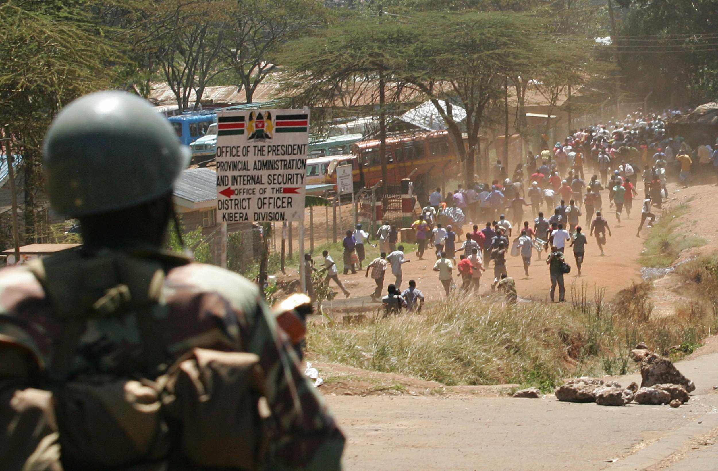 Suspected looters run away from Kenyan riot police in Nairobi.