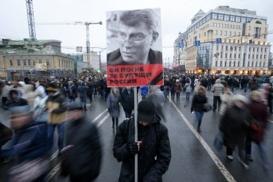 Nemtsov portrayed held above moving crowds in Moscow