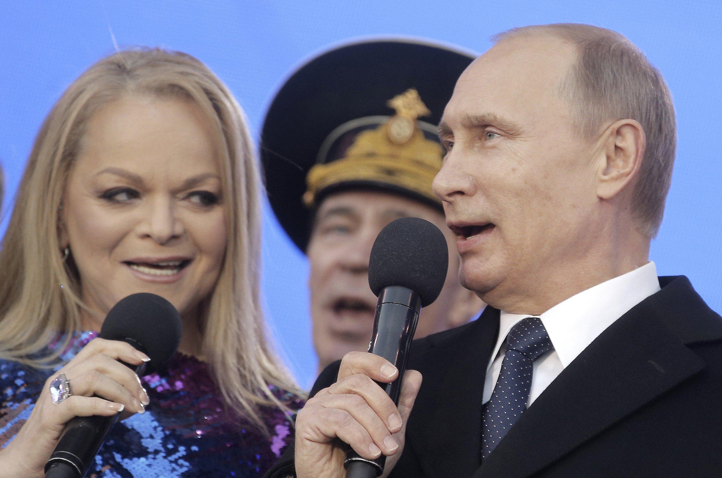 Putin sings national anthem