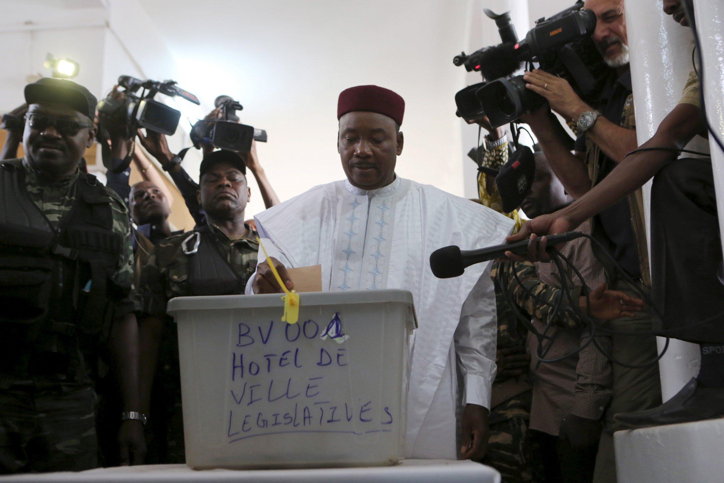 Niger's President Mahmadou Issoufou votes in Niamey.