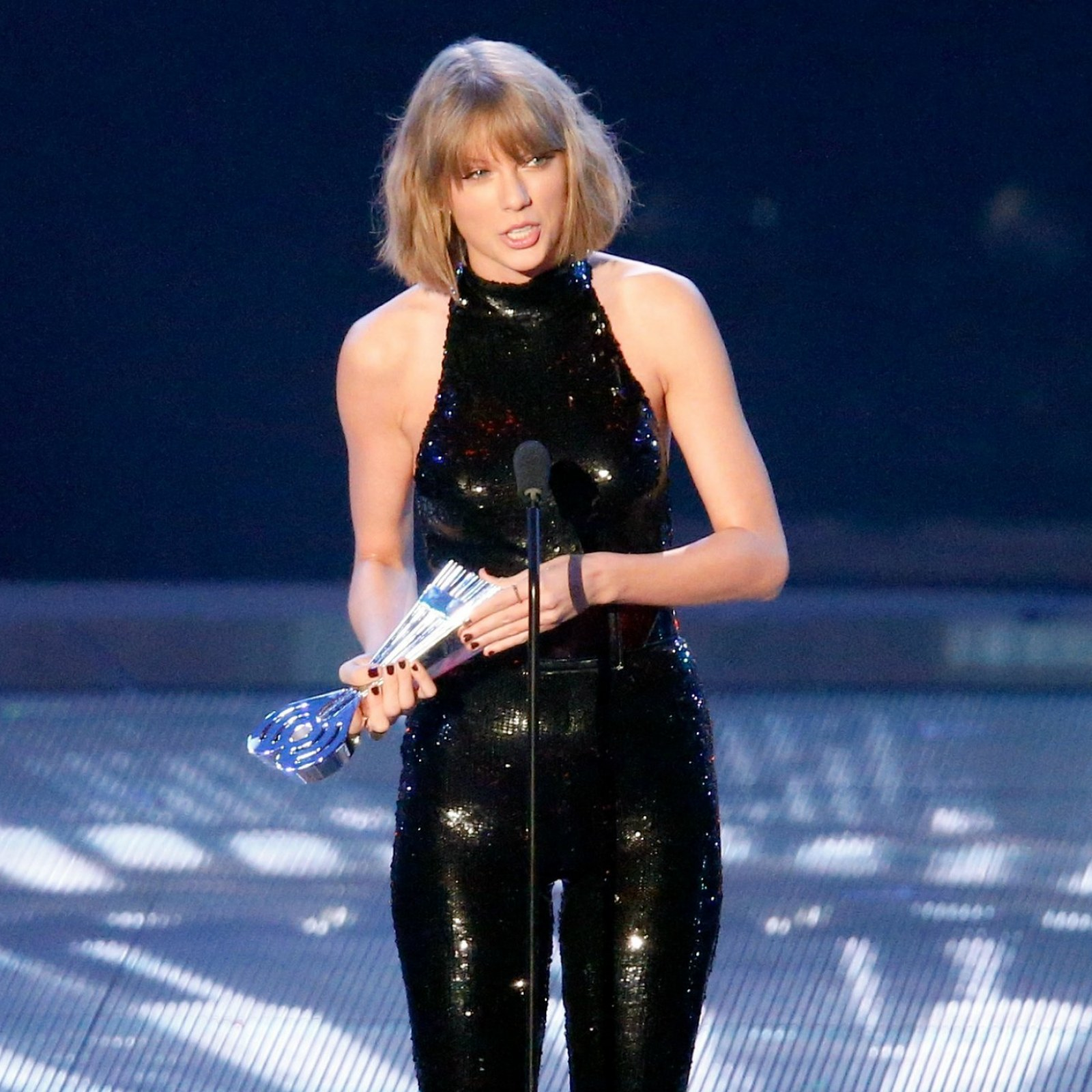 Iheartradio Awards 2016 Taylor Swift Wins Four Awards Thanks Amazing Boyfriend Calvin Harris