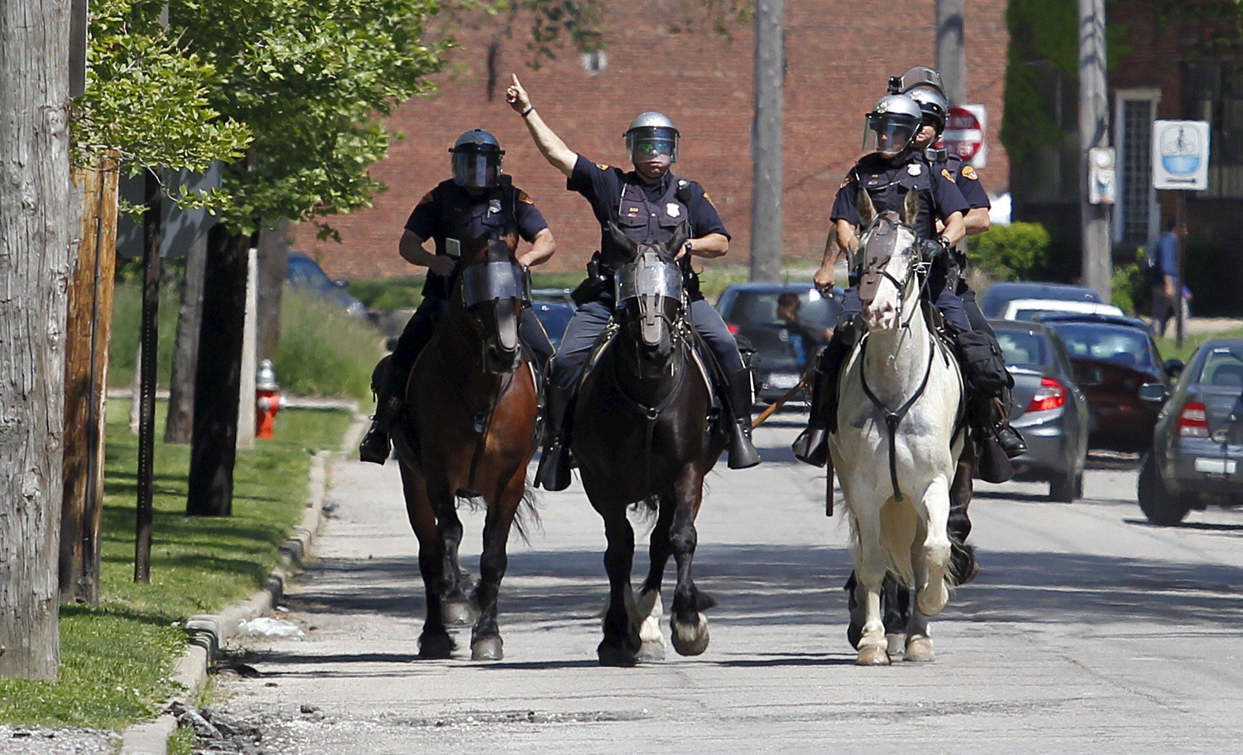 04_08_Cleveland_Cops_01