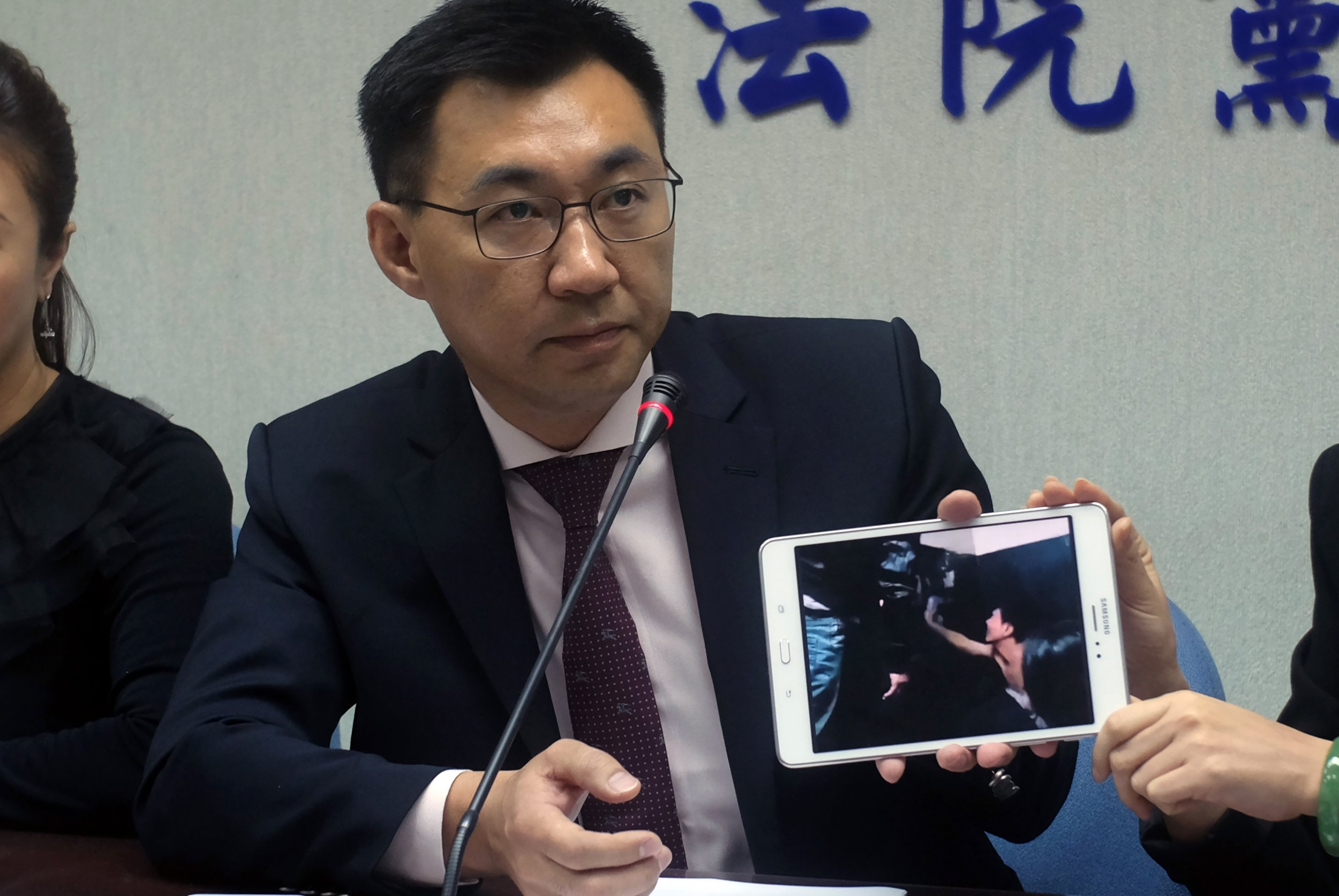 Taiwanese politician Johnny Chiang shows footage of Taiwanese detained in Kenya.