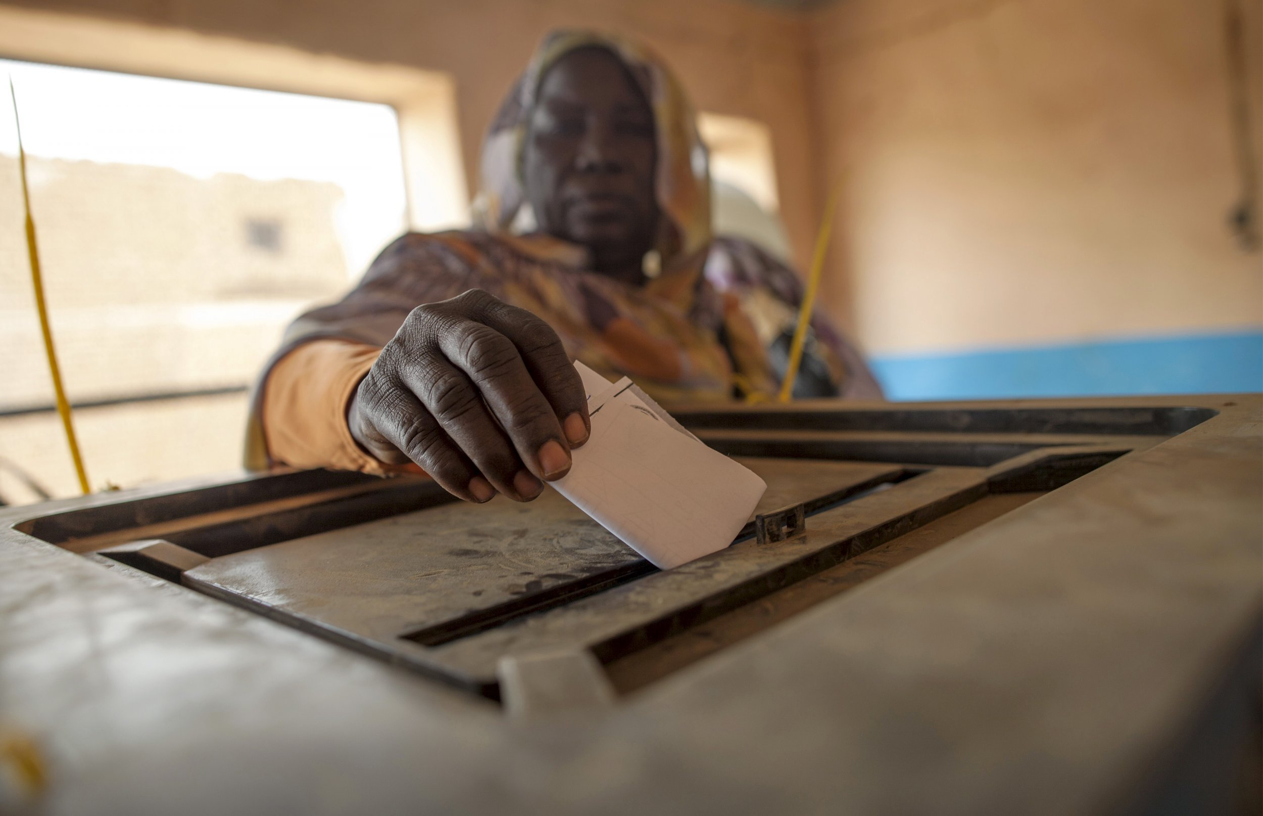 A Darfuri woman votes in the referendum.