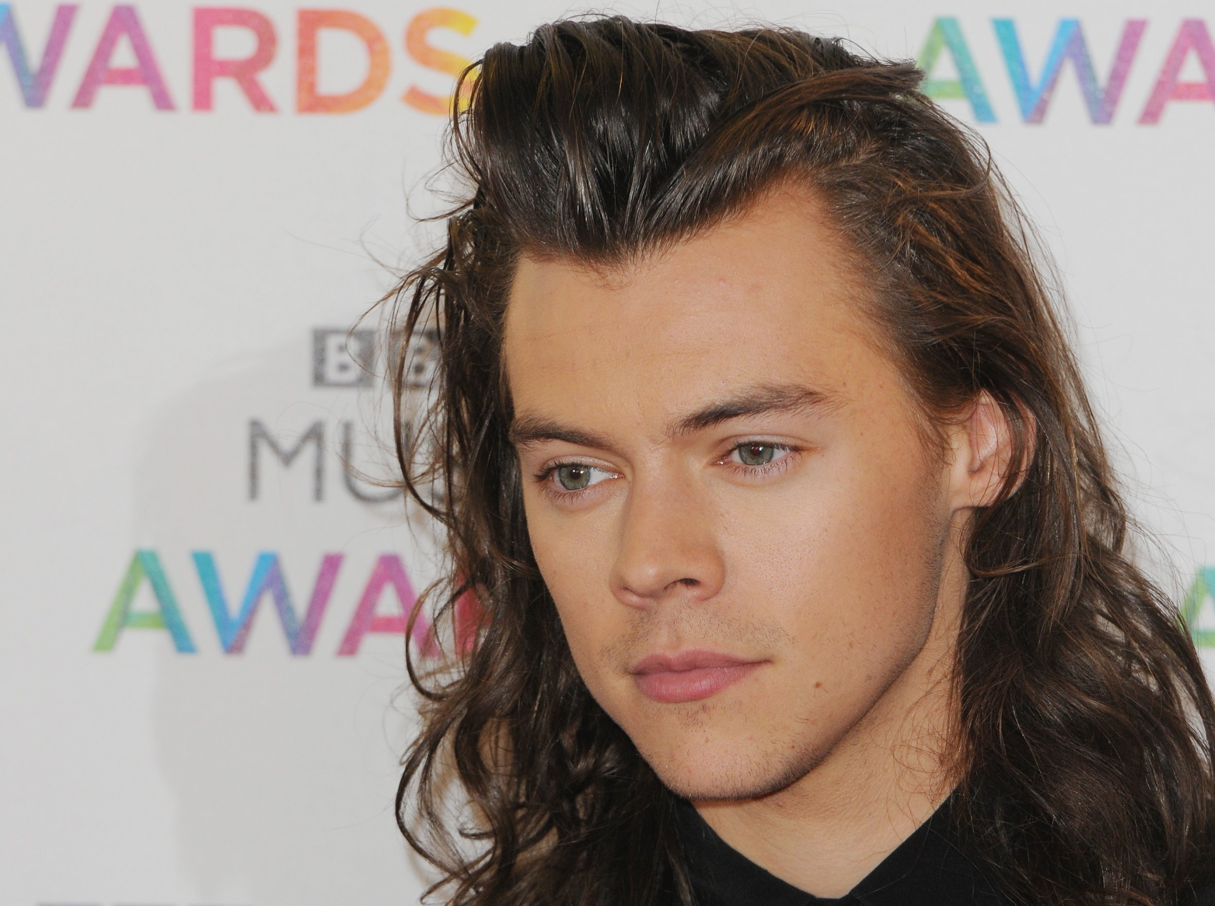 One Directions Harry Styles Shows Off Short Haircutsee The Pictures