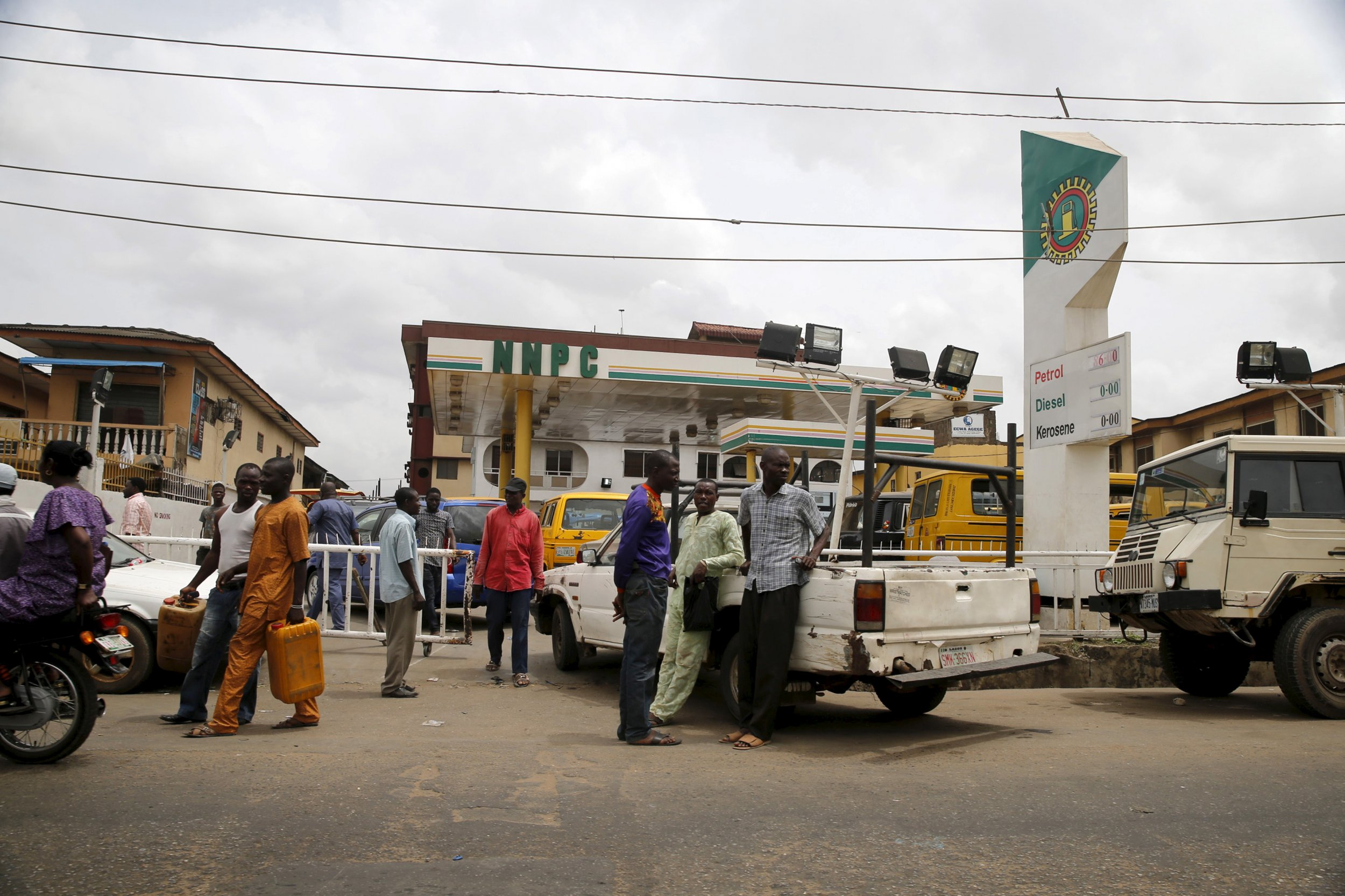 Nigerians queue for fuel in Lagos