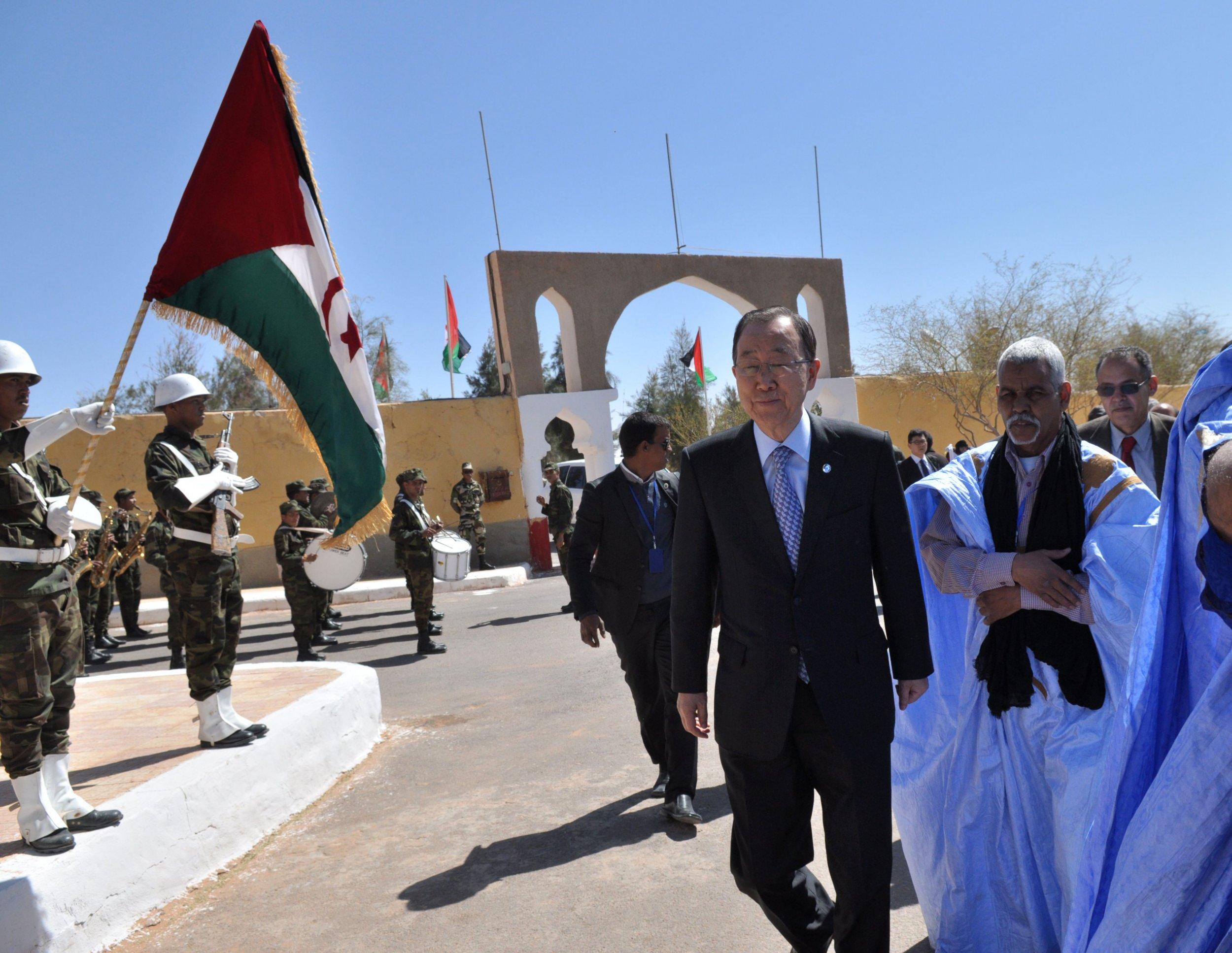 Ban Ki-moon visits Sahrawi refugees in Tindouf.