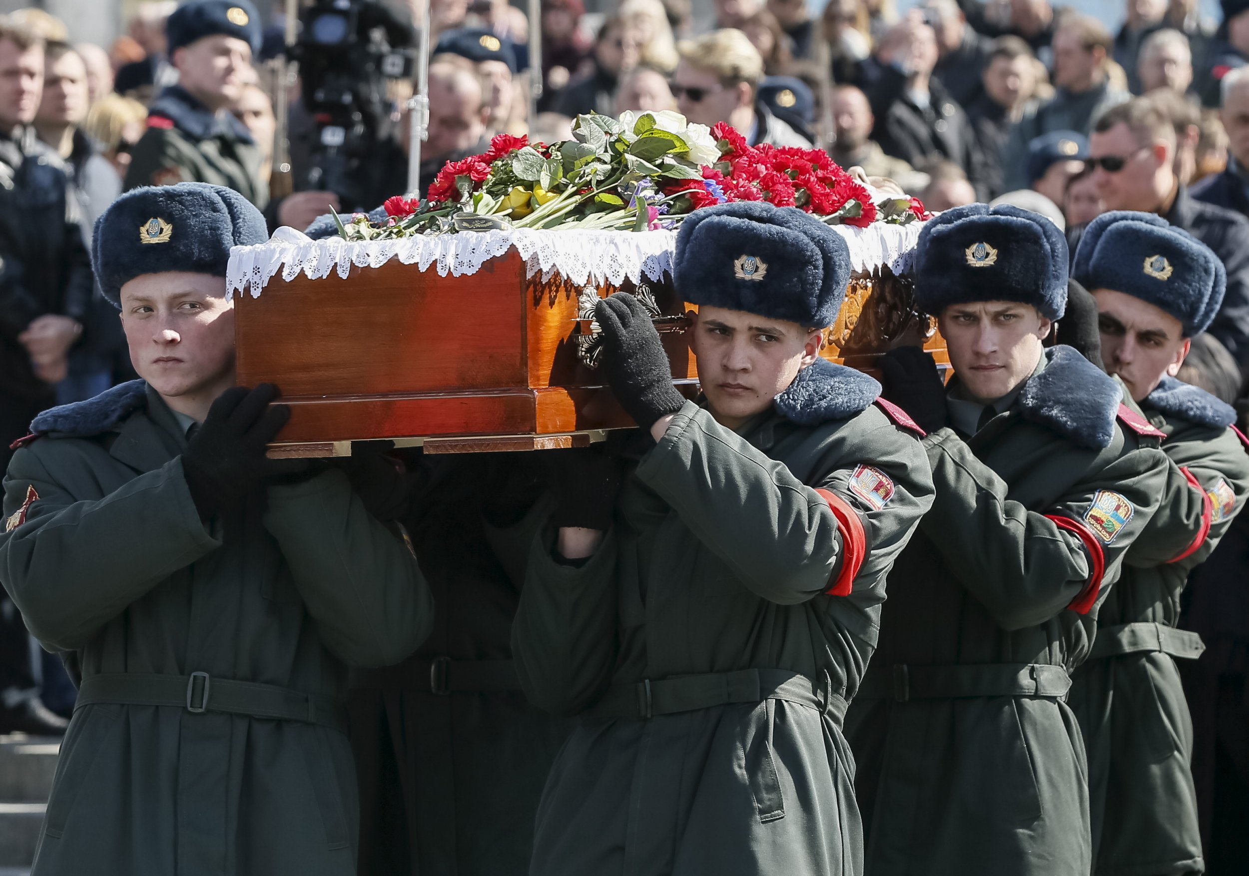 Ukrainian troops carry coffin