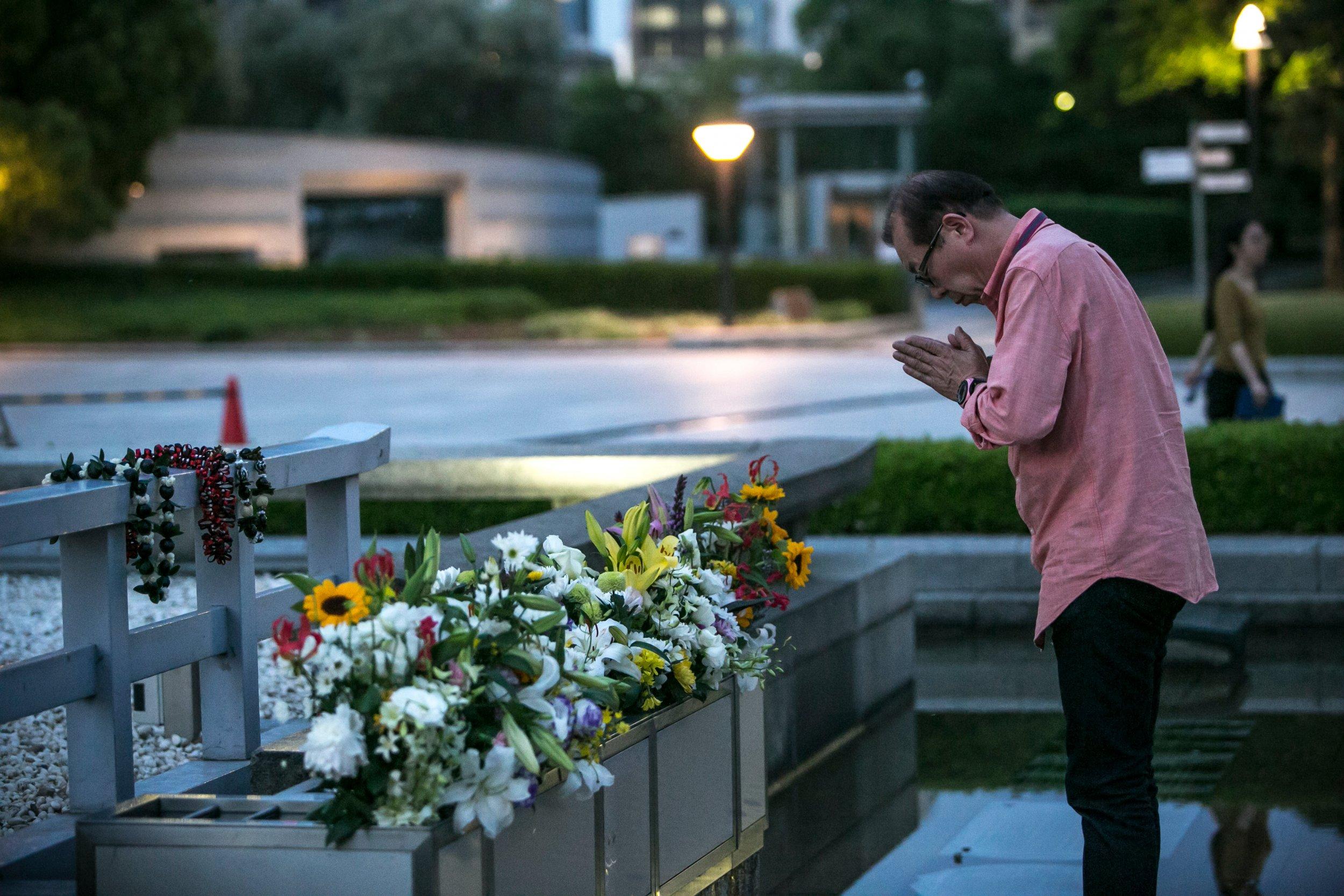 Man pays respects at Hiroshima