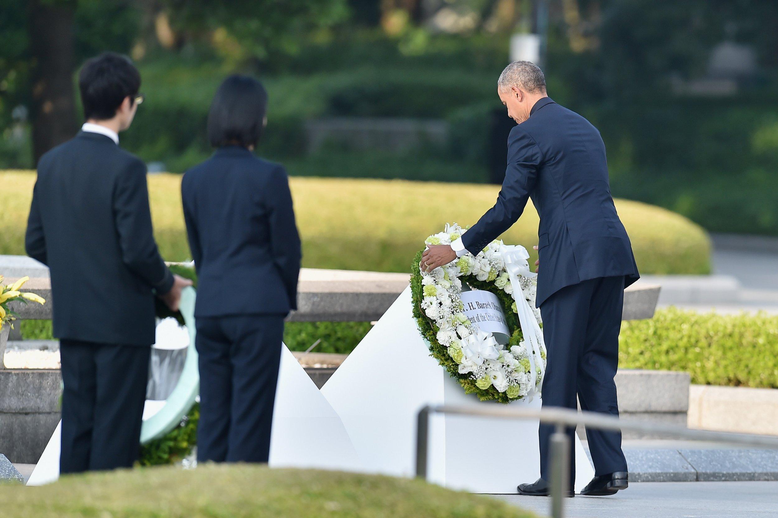 Barack Obama lays wreath at Hiroshima memorial