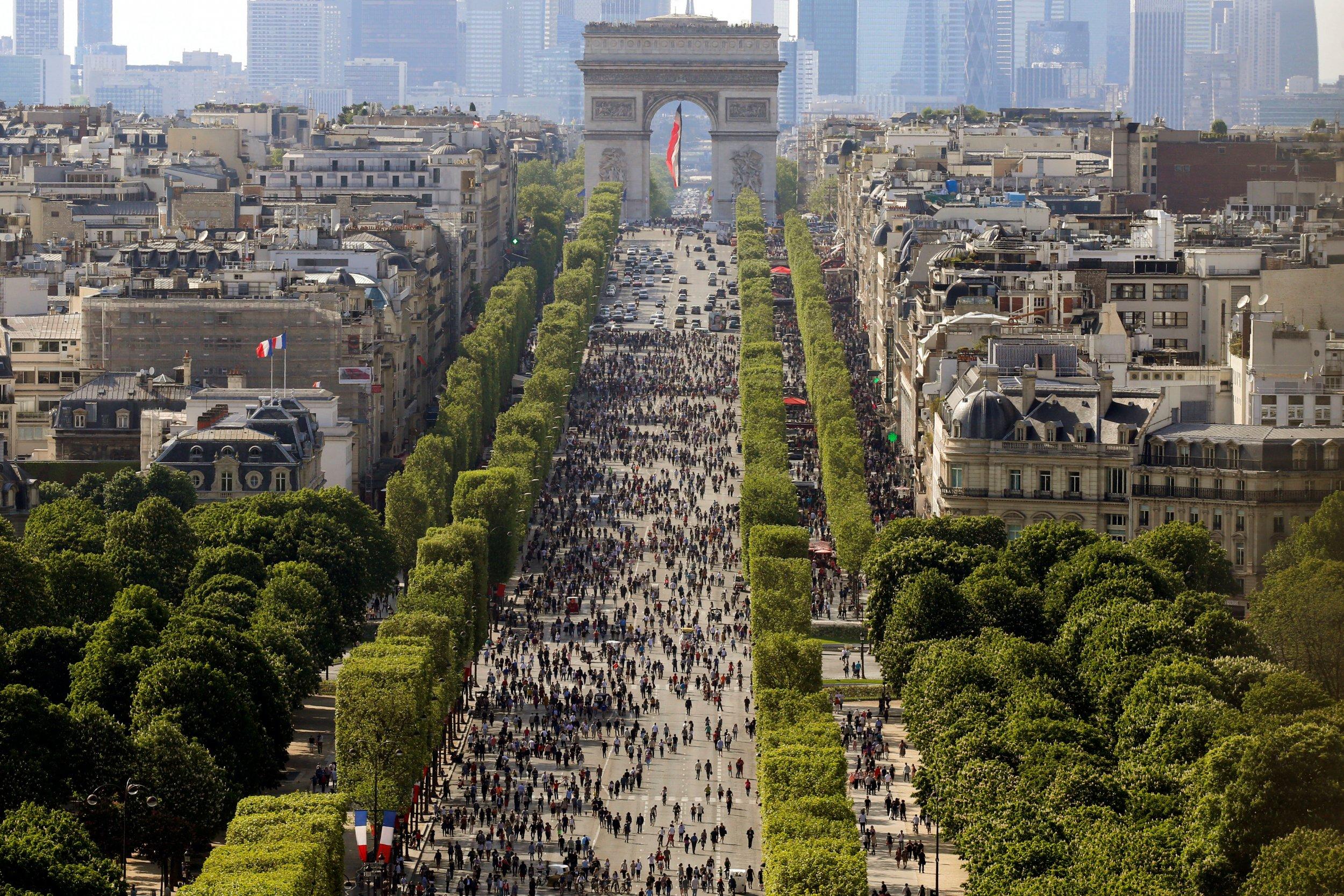 Paris puts weekday ban on pre 1997 cars to curb emissions - Bureau de change sur les champs elysees ...