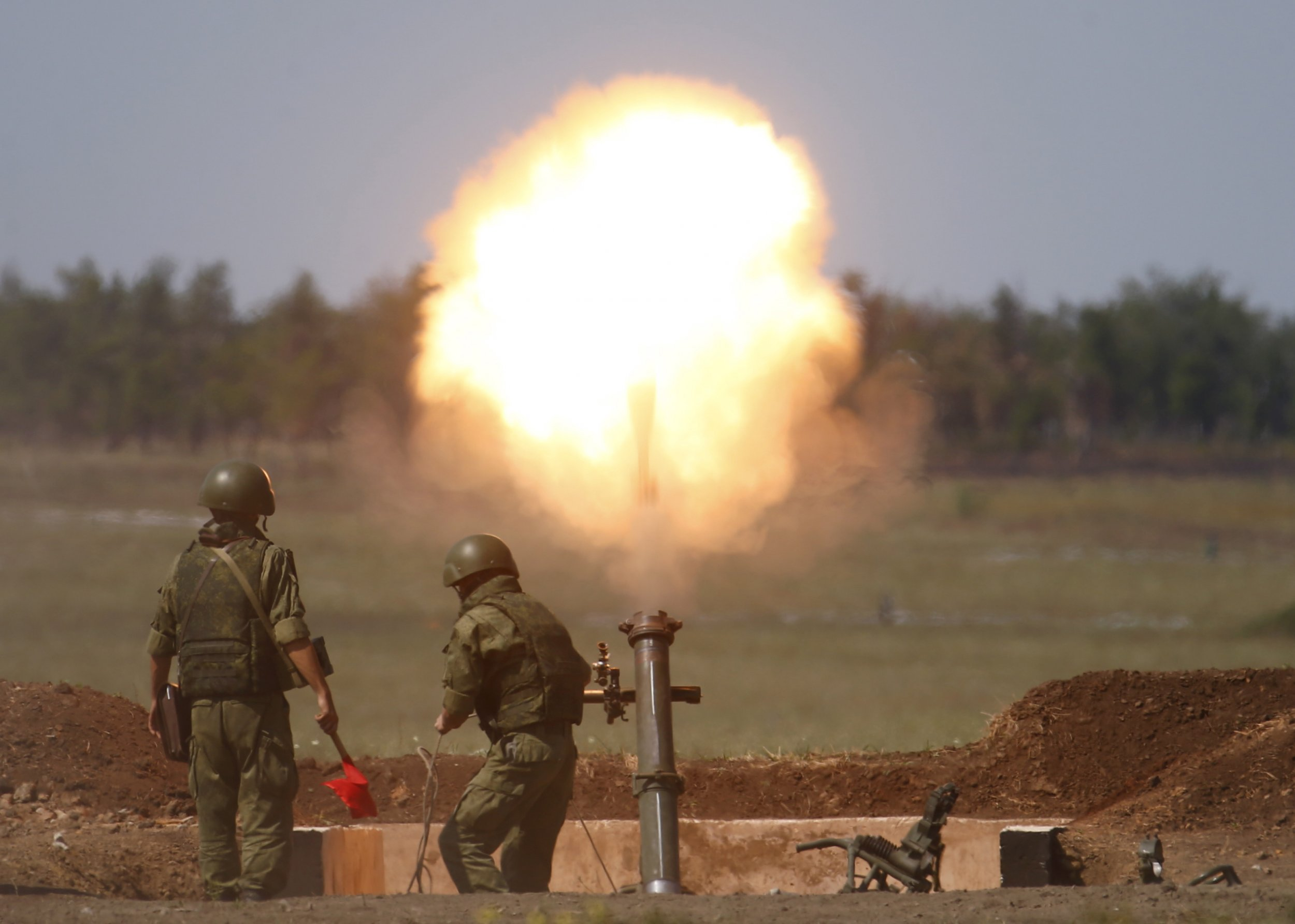 Russian soldiers fire mortars