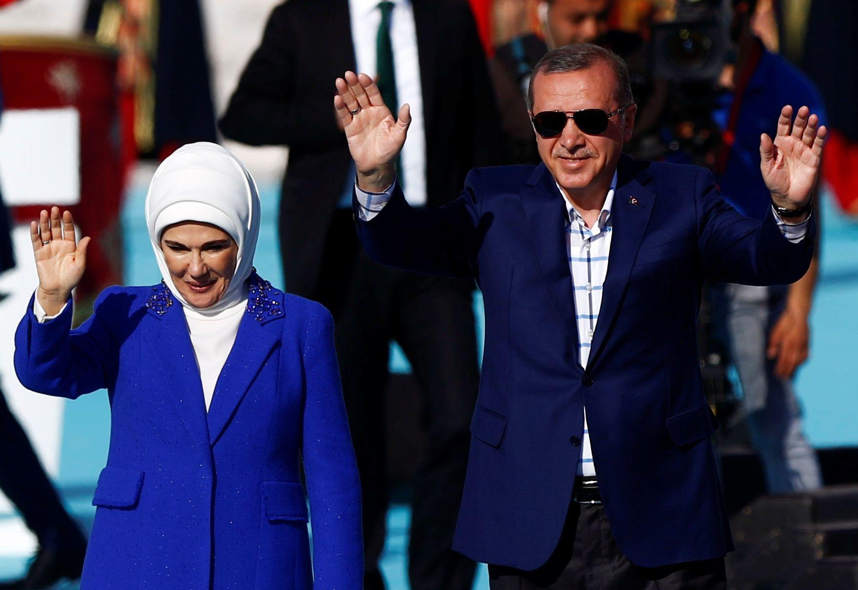 Turkeys Erdogan Dines With Transgender Icon After Lgbt Rally Bust Up
